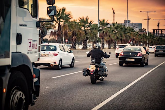Un camió, una moto i un cotxe circulen per la Ronda Litoral de Barcelona en una imatge d'arxiu.
