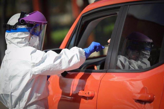 En el antiguo hospital militar de Sevilla, se están realizando test desde el coche de la prueba del coronavirus. Sevilla a 23 de marzo del 2020
