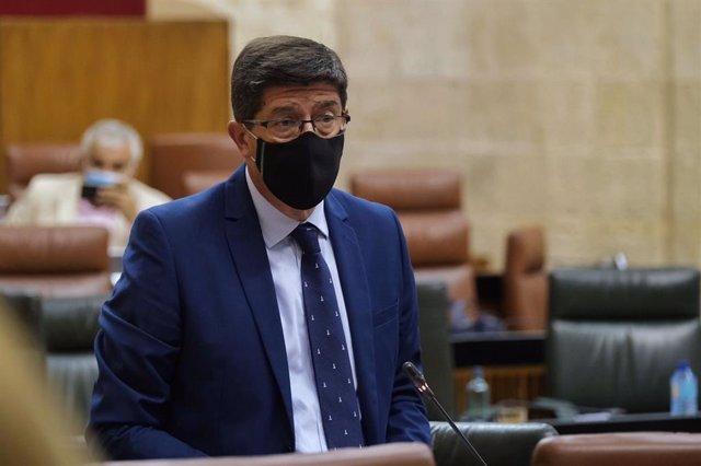 El vicepresidente de la Junta y consejero de Turismo, Regeneración, Justicia y Administración Local, Juan Marín, en el Pleno del Parlamento.