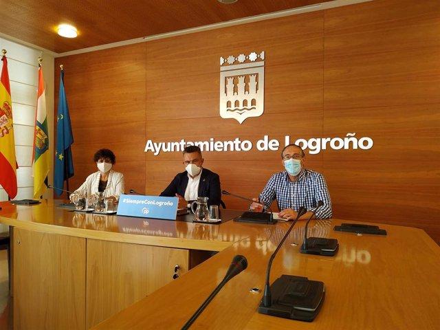 El portavoz del Grupo Municipal Popular en el Ayuntamiento de Logroño, Conrado Escobar, y los concejales, Celia Sanz y Ángel Sáinz.