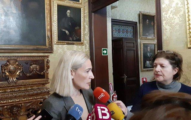 La portavoz de Cs Palma, Eva Pomar, atiende a los medios en el Ayuntamiento de Palma en una imagen de archivo