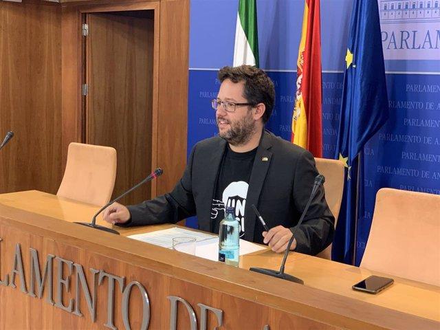 El portavoz adjunto del grupo parlamentario de Adelante Andalucía, José Ignacio García, en rueda de prensa este lunes