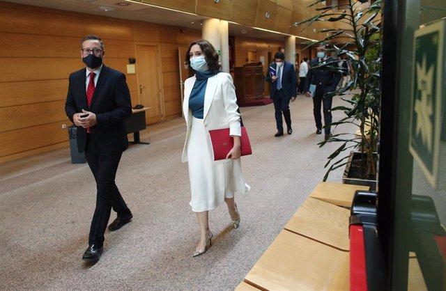 La presidenta de la Comunidad de Madrid, Isabel Díaz Ayuso, sale de su despacho para dirigirse al debate del Estado de la Región