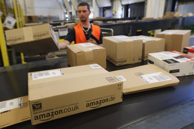 Economía.- Amazon contratará a otros 100.000 trabajadores y se sitúa cerca del m