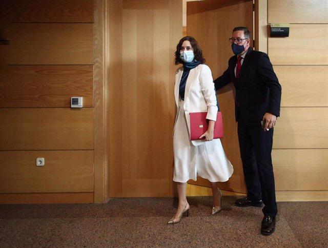 La presidenta de la Comunidad de Madrid, Isabel Díaz Ayuso, sale de su despacho para dirigirse al debate del Estado de la Región, en la Asamblea de Madrid (España), a 14 de septiembre de 2020. Se trata del primer debate del Estado de la Región para la pre