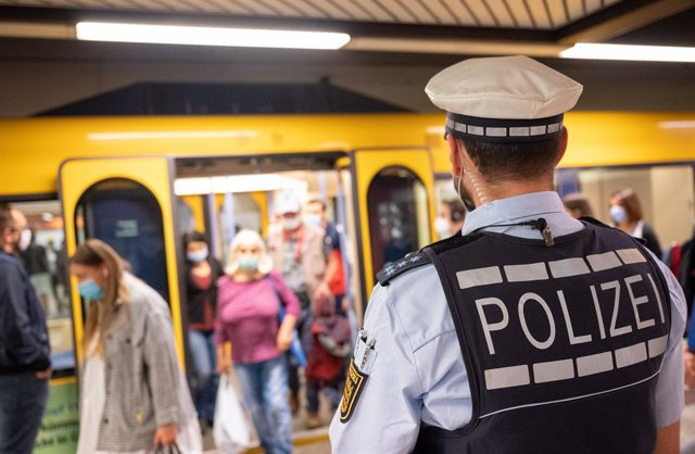 Un policía vigila el uso de mascarilla en el metro de Stuttgart