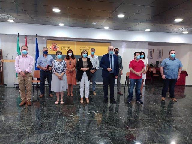 La delegada del Gobierno, entre la subdelegada y el presidente de la Diputación, con los alcaldes del Guadiato.