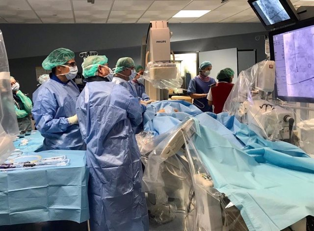 Un equipo médico realiza una invertención quirúrgica en una imagen de archivo