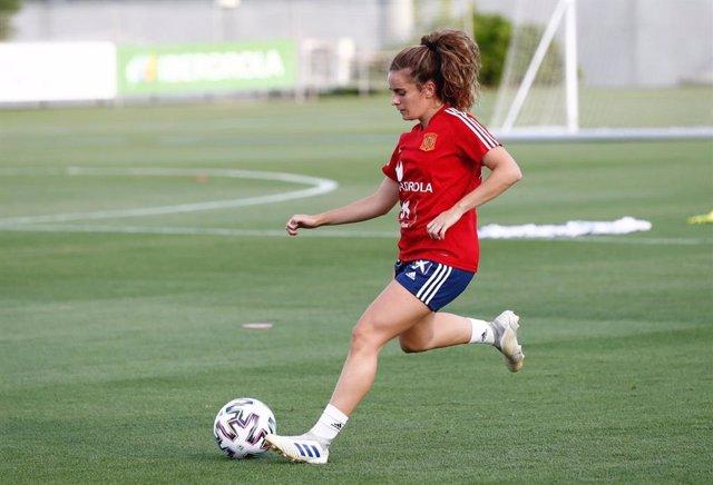 """Fútbol/Selección.- Teresa Abelleira: """"Entrenar con las mejores te hace exigirte"""