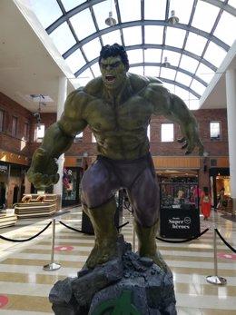 """Imagen de una figura de  Hulk de 3,2 metros incluida en la exposición """"Mundo Superhéroes"""""""