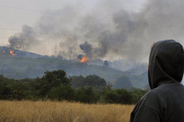 Vista de los puntos de fuego del incendio en la parroquia de Montes, en Cualedro, Ourense, Galicia (España), a 14 de septiembre de 2020. El fuego ha arrasado unas 800 hectáreas de superficie desde que fue declarado a las 14,14 horas de ayer, domingo. Para