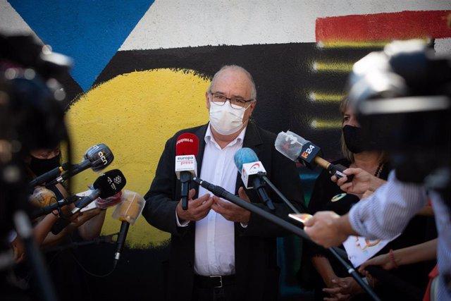 El conseller de Educación de la Generalitat, Josep Bargalló, realiza declaraciones ante los medios de comunicación en la escuela Ruyra, en L'Hospitalet de Llobregat (Barcelona/Cataluña/España) a 14 de septiembre de 2020