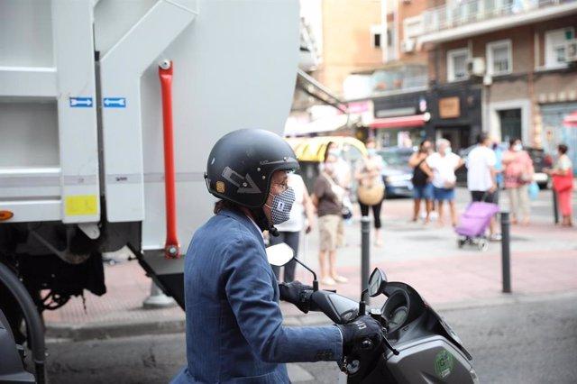 El alcalde de Madrid, José Luis Martínez-Almeida, se desplaza en moto.