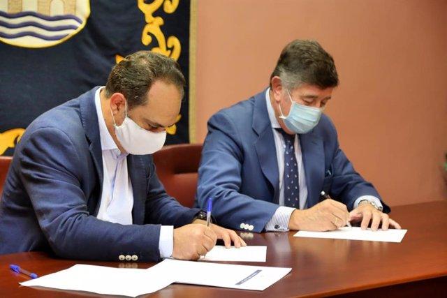 El delegado de Educación, José Luis Rodríguez (Cs), ha rubricado las líneas en las que colaborarán ambas instituciones con el presidente del Colegio de Farmacéuticos de la provincia de Sevilla, Manuel Pérez.