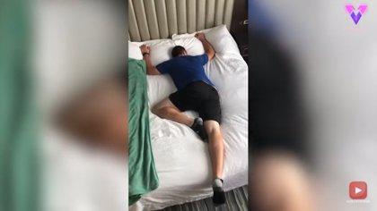 Este hombre recurre al humor para demostrar de manera cómica la cantidad de posturas que hace su mujer mientras duerme