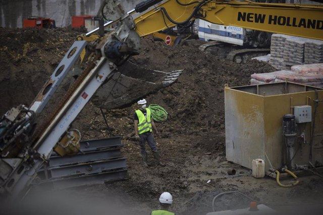 Un trabajador de la construcción protegido con mascarilla en su jornada laboral