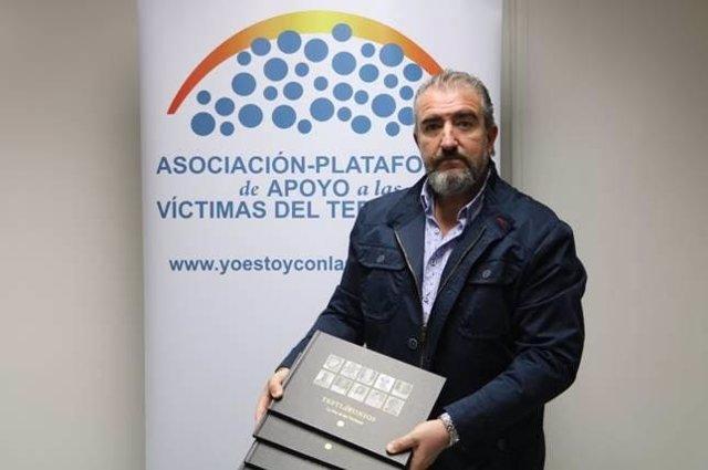 Miguel Folguera, de la APAVT, con los libros de 'Testimonios, la voz de las víctimas'