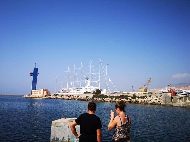Crucero en el muelle de Levante del puerto de Almería