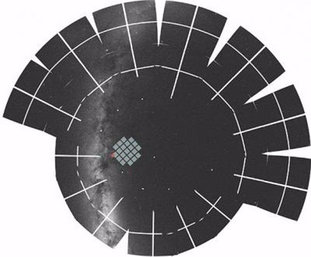 La estrella TOI-1899, indicada por un símbolo de estrella, se encuentra justo fuera del campo original de la misión espacial Kepler de la NASA y está cerca del plano de la Vía Láctea.