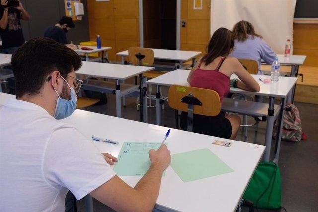 Estudiantes se examinan de la antigua Selectividad de septiembre en la Universidad de Sevilla.