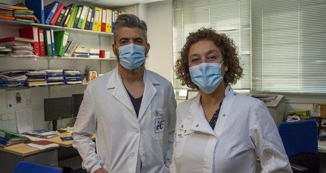 Ricardo Gargini y Pilar Sánchez Gómez, de la Unidad de Neurooncología de la UFIEC-ISCIII, en uno de los laboratorios del centrol.
