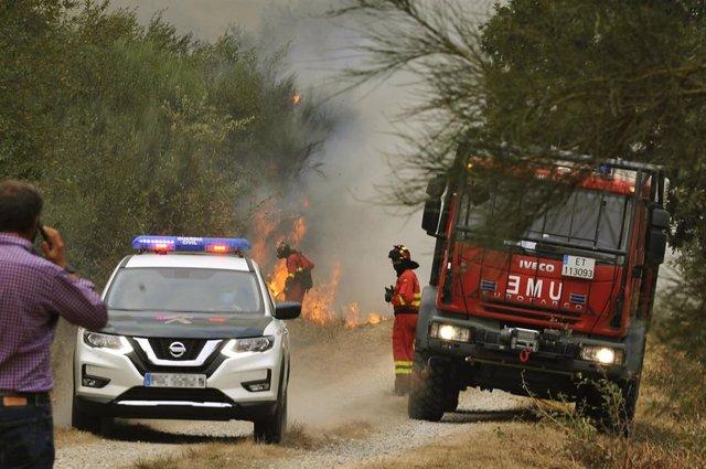 Efectivos de la Guardia Civil y de la UME trabajan en las labores de extinción de un incendio en la parroquia de Montes, en Cualedro.