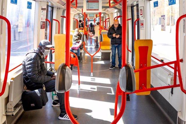 Interior de un autobús con viajeros con mascarilla