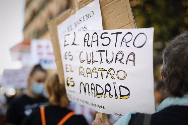 """Pancarta donde se puede leer """"El Rastro es cultura, el Rastro es Madrid"""" durante el 11º domingo consecutivo de concentraciones organizadas por los vendedores del Rastro para reclamar la reapertura del mercadillo. En Madrid, (España), a 13 de septiembre de"""