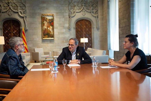(I-D) El diputat de la CUP al Parlament,  Carles Riera, el president de la Generalitat de Catalunya, Quim Torra i la diputada de la CUP, Natalia Sánchez, durant la reunió.