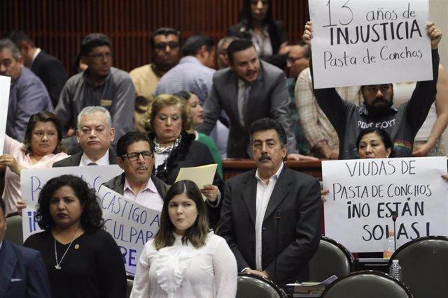 Familiares de las víctimas de los mineros que murieron atrapados tras una explosión en una de las minas de Pasta de Conchos, en el norte de México, durante una reivindicación exigiendo justicia en febrero de 2019.
