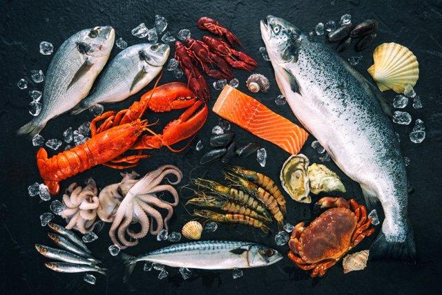 Pescados y mariscos fresco en piedra negra -