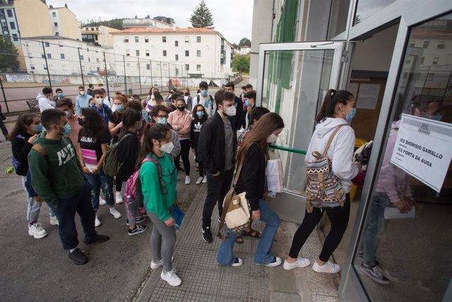 Estudiantes de bachillerato entran por la puerta del IES Vilar Ponte