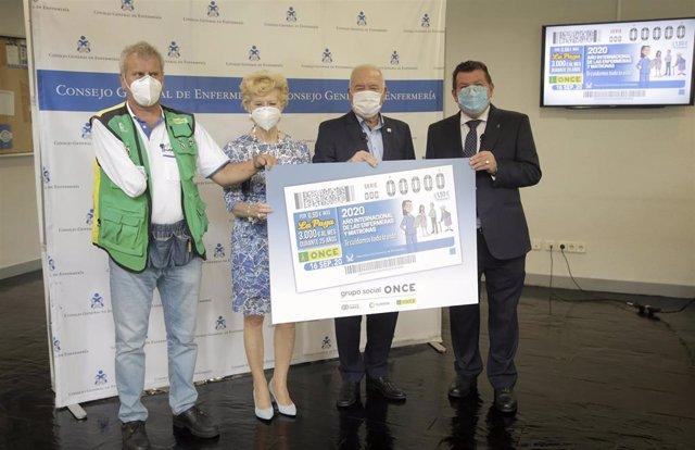 Foto de familia de la presentación del cupón dedicado a 2020 Año Internacional de Enfermeras y Matronas