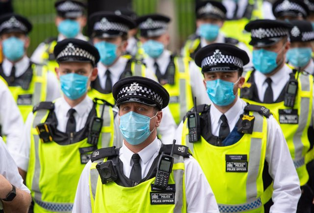 Policies amb màscara a Londres.