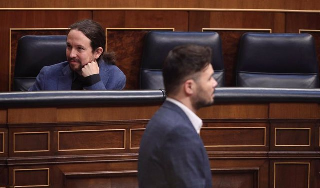 El portavoz de ERC en la Cámara Baja, Gabriel Rufián, pasa por delante del vicepresidente segundo del Gobierno y líder de Podemos, Pablo Iglesias.