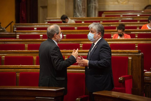 El presidente de la Generalitat, Quim Torra (i), mantiene una conversación con el presidente de JxCat en el Parlament, Albert Batet, en el pleno del Parlament, a 9 de septiembre de 2020.