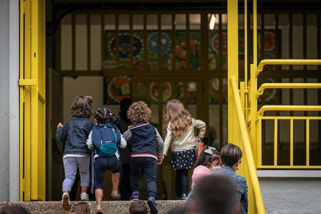 Padres y alumnos en las puertas de un centro escolar de Euskadi