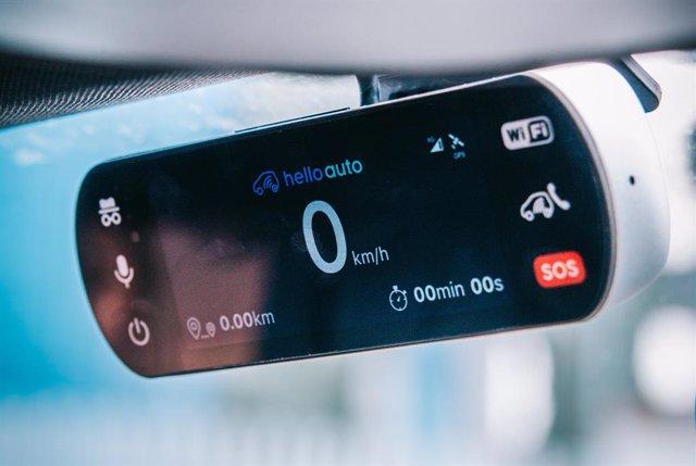 Imagen del dispositivo Hello Auto Conect, que se equipa en el coche y ayuda a mejorar la conducción.