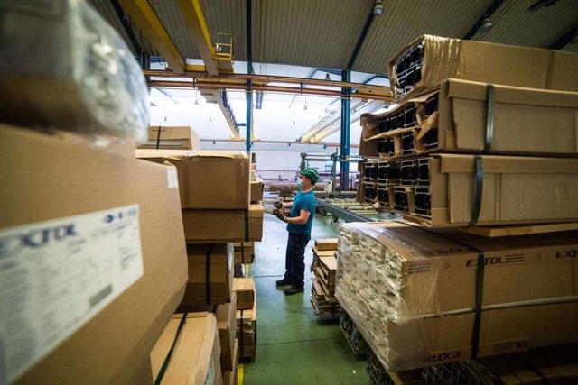 Un trabajador durante su jornada laboral en la empresa Extrusión Toledo, innovadora en la fabricación de perfiles metálicos, que ha creado y patentado un modelo de separadores en restaurantes durante la pandemia de Covid-19, en Toledo, Castilla-La Mancha