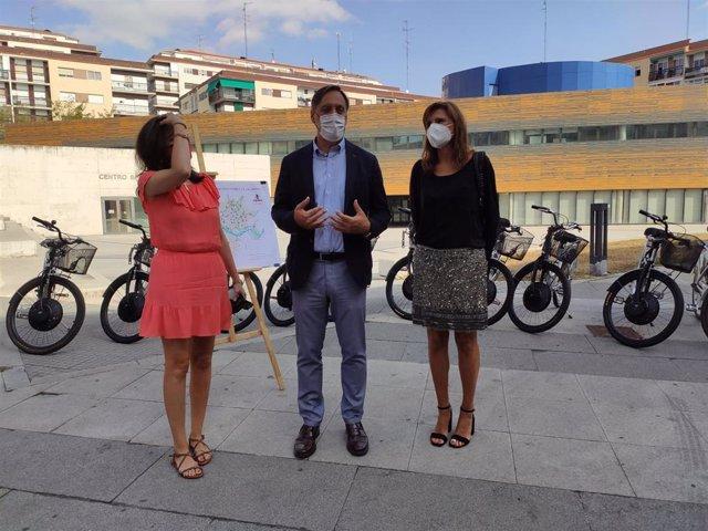 El alcalde de Salamanca, Carlos García Carbayo (centro), junto a las concejales Myriam Rodríguez (i) y Almudena Parrés (d), este martes.