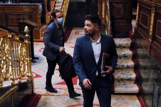El portavoz de ERC Gabriel Rufián y el vicepresidente Pablo Iglesias (detrás) asisten al pleno del Congreso el 20 de mayo de 2020.
