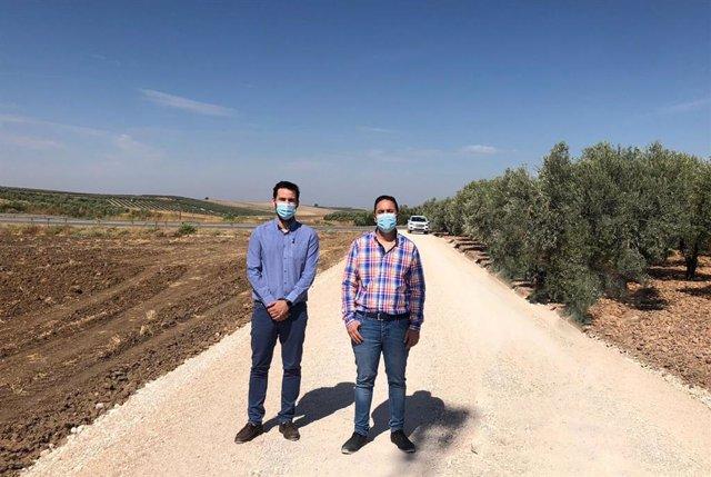 El delegado de Infraestructuras Rurales, Manuel Olmo (dcha.), visita el camino en el que ha actuado la Diputación