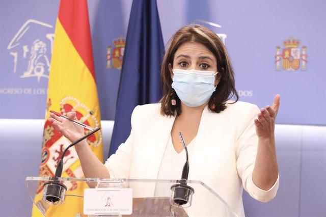 La portavoz del PSOE en el Congreso de los Diputados, Adriana Lastra, durante su intervención en una rueda de prensa en el Congreso.