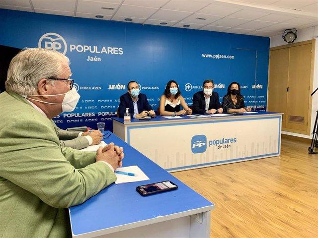 Loles López (c) en la reunión con el grupo del PP en el Ayuntamiento de Jaén.