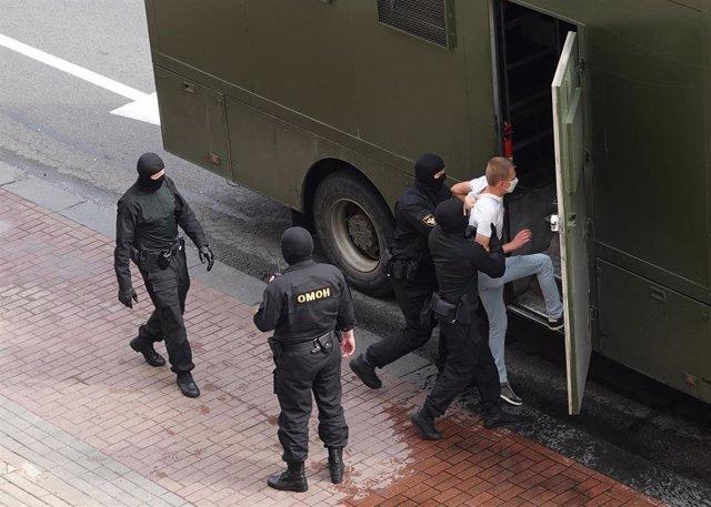 Policías antidisturbios detienen a un manifestante en Minsk