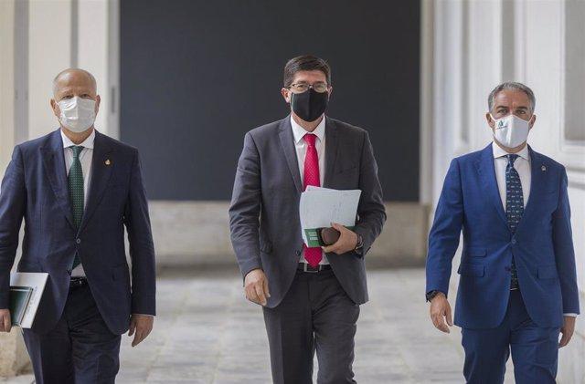 De izquierda a derecha, el consejero de Educación y Deporte, Javier Imbroda; el vicepresidente de la Junta y consejero de Turismo, Regeneración, Justicia y Administración Local, Juan Marín, y el consejero de la Presidencia, Elías Bendodo.
