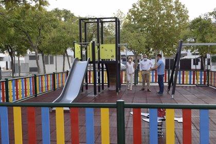 Inaugurado el nuevo parque infantil en la plaza Plácido Fernández Viagas de Los Palacios (Sevilla) con fondos del Supera