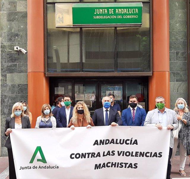 Minuto de silencio de delegados de la Junta por el asesinato de una mujer en Jerez