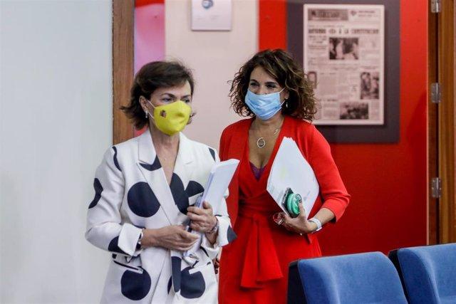 La vicepresidenta primera del Gobierno, Carmen Calvo, y la ministra portavoz y de Hacienda, María Jesús Montero, a su llegada a la comparecencia en rueda de prensa posterior al Consejo de Ministros.