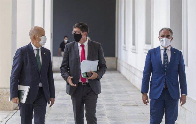 El vicepresidente de la Junta, Juan Marín (c), el consejero de la Presidencia, Administración Pública e Interior y portavoz del Gobierno, Elías Bendodo (d), y el consejero de Educación y Deporte, Javier Imbroda (i) en San Telmo